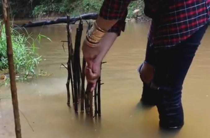 聪明女人做了一个简单陷阱来抓鱼