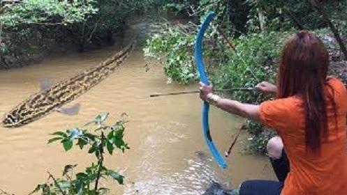 了不起的女孩用PVC管做弓箭在暹粒河射鱼