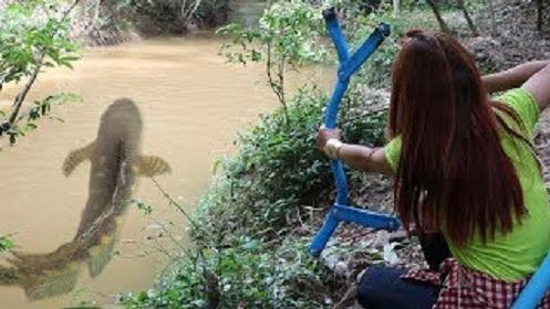 【了不起的女孩】用PVC管做复合弓射鱼